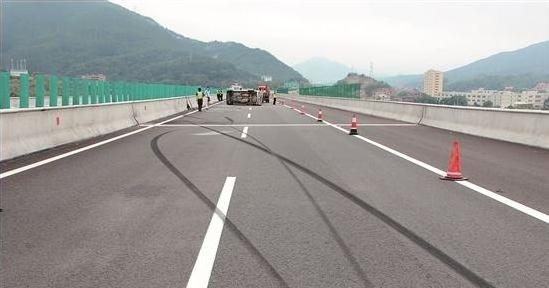 两秒法则!高速路上判断车距就是这么简单