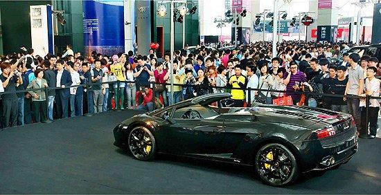 往年青岛国际车展的现场图片 看豪车全力出击 世界五大洲精品青岛聚齐 对车迷来说,有些天价豪车只能观赏却不能拥有。但是,这也丝毫不能阻挡他们对豪车的追捧与热爱。北京车展向世界再次展示了作为世界第一汽车大国的肚量。在北京国际车展上,保时捷、阿斯顿•马丁、法拉利、玛莎拉蒂、布加迪、宾利、兰博基尼、劳斯莱斯等顶级豪华车品牌,齐齐亮相。在即将举行的2012青岛国际车展上,豪华车与超豪华车阵容也是分外强大。本届展会,组委会将二号、四号定位为豪华与超豪华馆,届时,将有数台千万天价车型驾临岛城,而刚刚在北