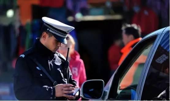 男子驾车被查竟亮出结婚证 真没无证驾驶