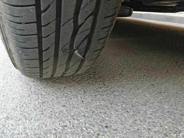 轮胎扎进钉子拔还是不拔?老司机竟这样做
