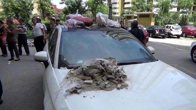 《每日猜车》第738期:被倒垃圾的违停车辆