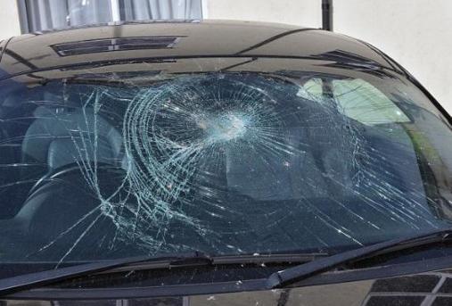 挡风玻璃被砸只因说了一个字 保险公司拒赔