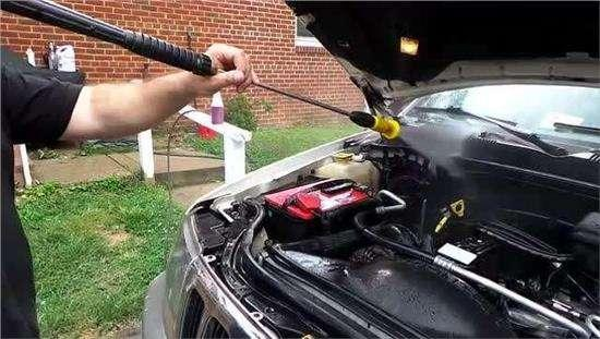 汽车发动机 可不可以直接用水清洗?