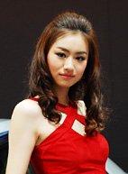 红裙撩动性感车模