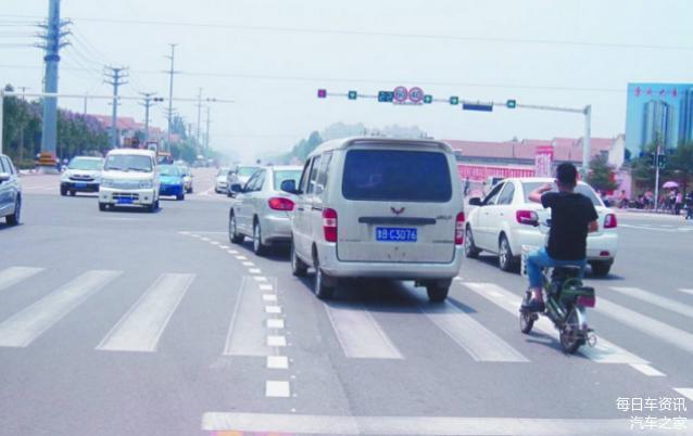 路口转弯别大意稍不留神扣8分 老司机也容易出错