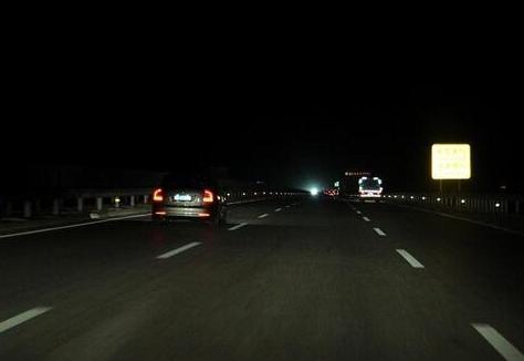 为何高速都没有路灯 难道夜间一直开远光灯