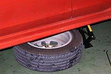 将拆下的轮胎放置车底