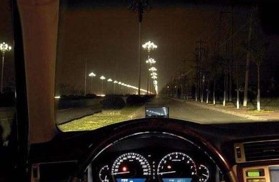 夜间开车为啥不开车内灯?原因在这里