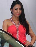 红裙车模健康肤色