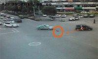 2岁小孩自己开车门跌出 父亲丢下车救回孩子