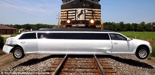 《每日猜车》第783期:加长豪车遭火车撞