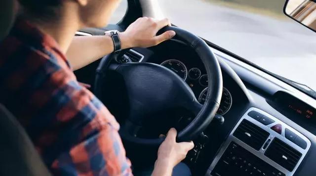 老司机们开车久了都腰疼?这4点肯定都占了