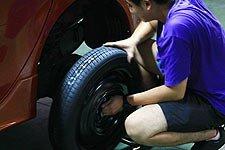 将备胎与车轮固定螺丝对齐