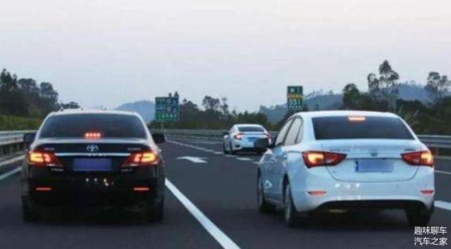 为什么老司机在超车道也会打左转灯