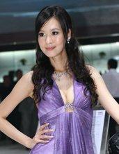 紫衣性感车模笑容迷人