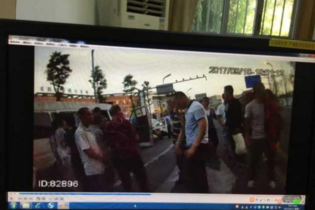 """""""车王""""驾6座面包车 载22人跑长途!"""