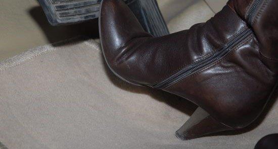 穿着高跟鞋 厚底鞋