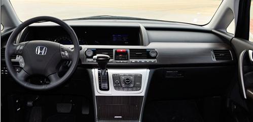内饰设计是采用大型豪华车的风格,简约、大气、豪华