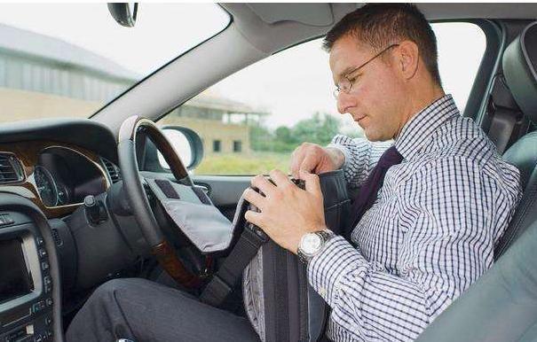 看看为什么老司机开车座椅调得特别靠后