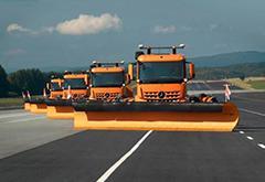 戴姆勒展示无人驾驶机场扫雪车 由牵引车改造而成