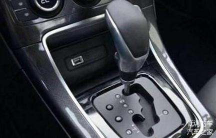 手动挡汽车转弯时到底能不能踩离合