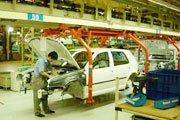 2004年长春一汽大众厂房内组装工人正在工作