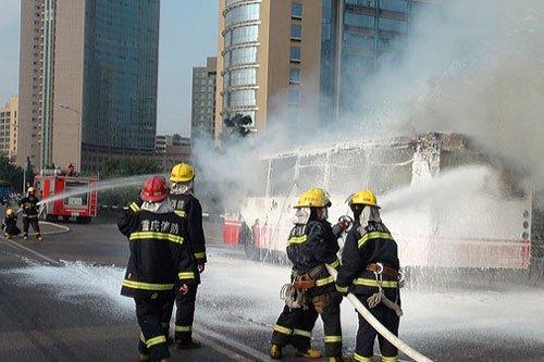 图:重庆公交车自燃 事故原因尚在调查中