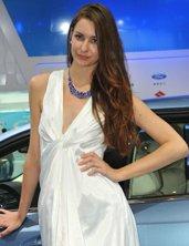 知性车模优雅白裙袭人