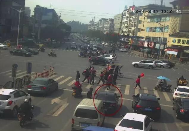 女子驾车停十字路口27分钟 启动23次未果致拥堵