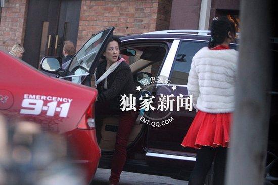 刘亦菲素颜与母亲享受美食 童心未泯买气球