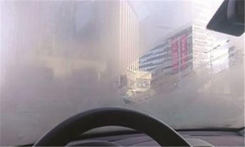 老司机这个绝招,以后再也不怕挡风玻璃起雾了