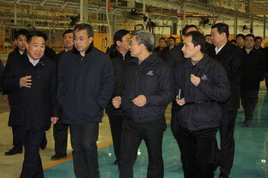 内蒙古自治区胡春华书记(左二)在鄂尔多斯华泰汽车工业园进行视察调研