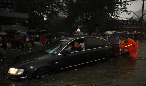 车辆遇水逃生自救攻略 头脑冷静能救命