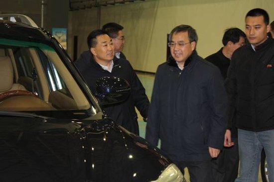 内蒙古自治区胡春华书记(前左二)在鄂尔多斯华泰汽车工业园内参观华泰汽车新产品