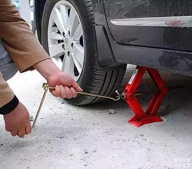 如何正确使用汽车千斤顶 新手司机一定要注意