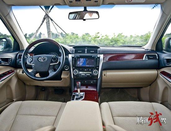 在国内竞争如火如荼的中级车市场,讲求个性化运动化设计的产品不在少数,而主打技术和品质的产品也是层出不穷,几乎每个品牌在这个级别都有自己的核心竞争产品,丰田也不例外,2006年进入中国市场的凯美瑞经过5年的市场洗礼在国内中级车市场赢得了足够竞争力,产销领先是凯美瑞在这一级别市场中自信的源泉