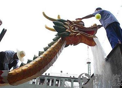 端午节全长62米的世界最长钢龙舟在秭归下水