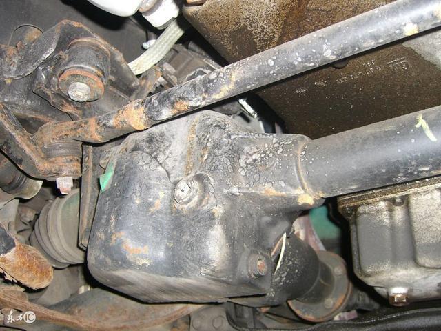 汽车刮底盘很心疼 但你知道都刮在哪了吗?