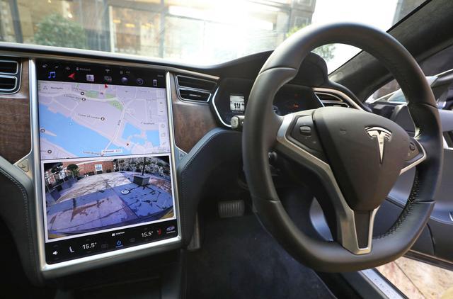 启用Autopilot后擅自离开驾驶位 英国车主被判18个月禁驾