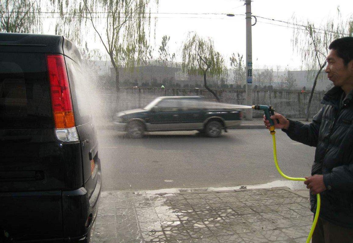汽车发动机舱不能太脏 到底该不该用水枪