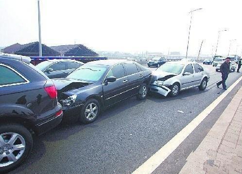 春运高速事故多 掌握跟车技巧避免发生追尾