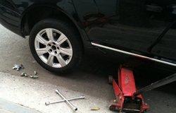 出门轮胎被扎自己动手换胎
