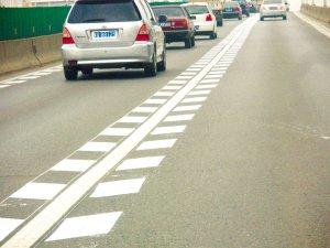 其外形是由平行于车行道分界线的一系列菱形块虚线