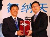 东风裕隆总经理吴新发与经销商合影