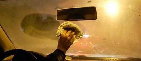 车窗起雾隐患多 高手出招分分钟搞定