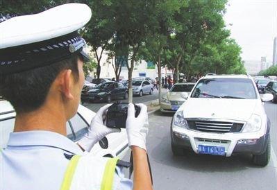 车停路边正遇交警拍照 这样做不会被罚钱