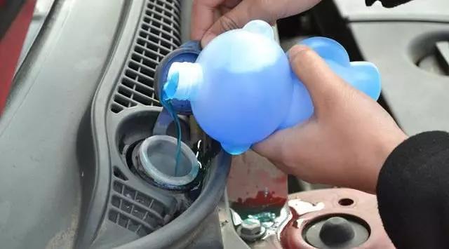 如何正确使用玻璃水 乱用会损车
