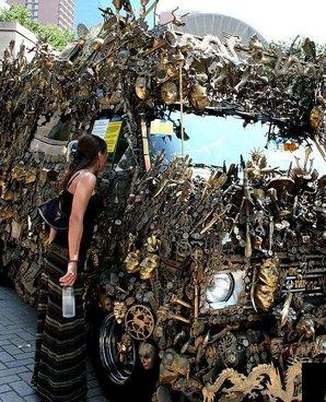 收藏品全部放在车身外 结果就成了这样!