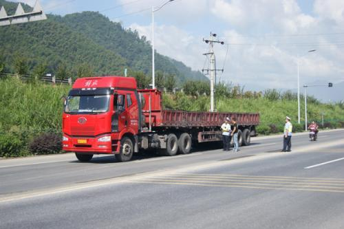 大货车那么危险 那么开车时该如何避让呢?