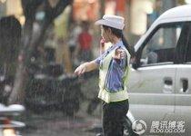最美女交警 冒暴雨指挥交通